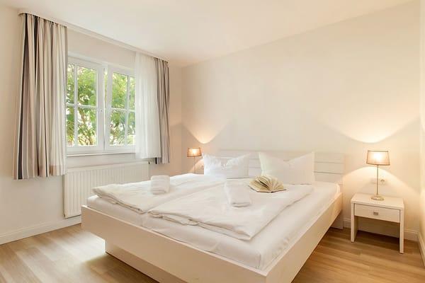 Das größere Schlafzimmer mit Doppelbett ...