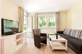 Hier der Blick in das schöne Wohnzimmer mit dem Austritt zur Terrasse.