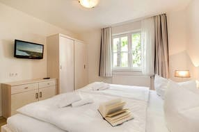 In diesem Schlafzimmer ist das zweite TV-Gerät vorhanden. Für die Komplettverdunklung sind in diesem Schlafzimmer zusätzlich  Außenrolläden angebracht.