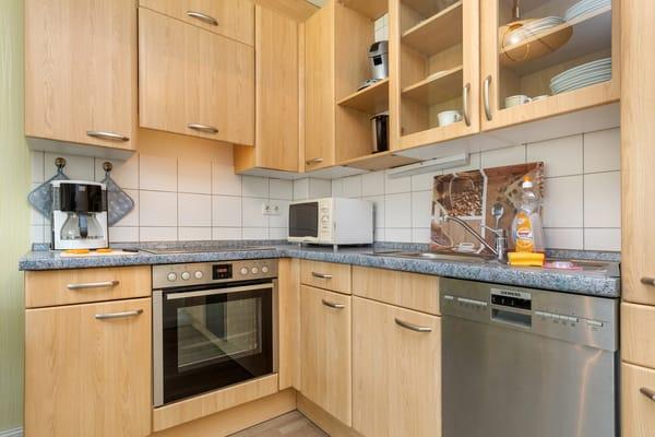Die Küchenzeile ist komplett mit Geschirrspüler, Mikrowelle, Geschirr etc. ausgestattet.