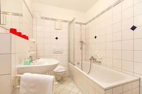 Hier ein Blick in das Wannenbad. Ein Fön ist vorhanden.