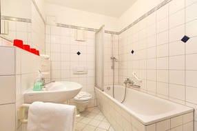 Hier ein Blick in das Wannenbad. Ein Fön ist vorhanden. ACHTUNG: im November 2018 wird voraussichtlich die Wanne entfernt und eine separate Dusche eingebaut.