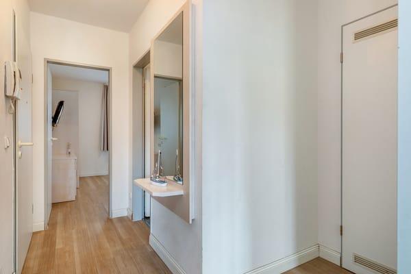 Der Flur mit Garderobe und Blick in das größere Schlafzimmer.