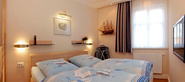 Im separaten Schlafzimmer wartet ein komfortables Doppelbett auf Sie. Wohn- und Schlafzimmer sind mit Flat TV ausgestattet.