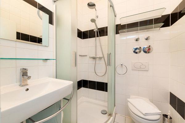 Das Bad bietet Dusche und WC.