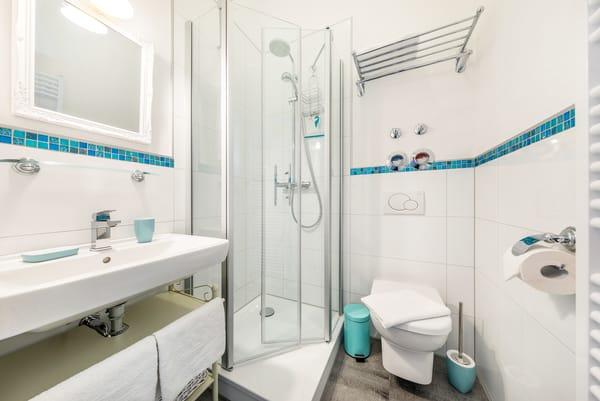 Das kleine Bad mit Dusche und WC.