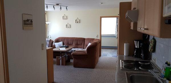 Wohnzimmer mit Küchenzeile und Zugang 2. Schlafzimmer