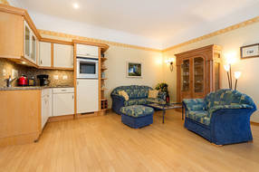 Hier der Blick in das großzügig geschnittene Wohnzimmer.