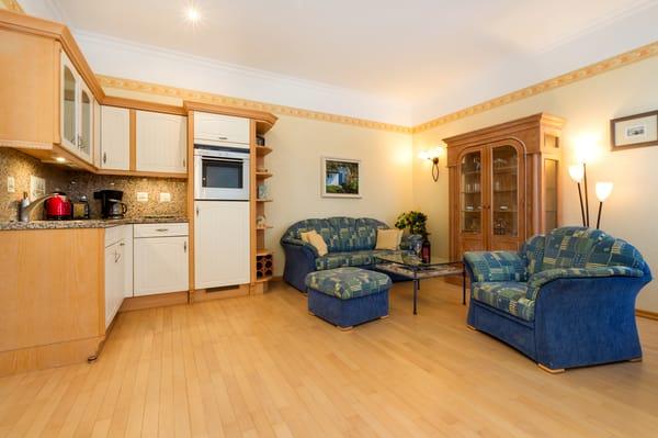 Der Wohnbereich mit Küchenzeile.