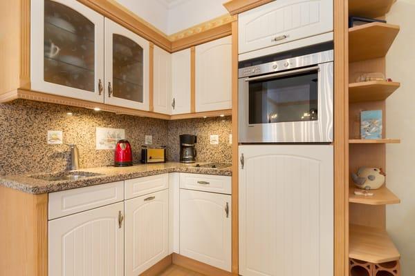 Die Küchenzeile ist für Sie komplett ausgestattet mit Geschirr, Backofen etc.