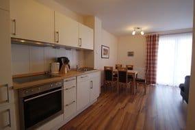 Kochbereich mit Backofen und Geschirrspüler