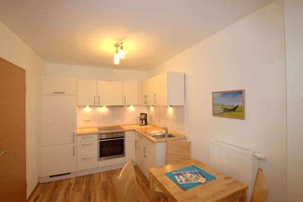 Wohnküche mit Backofen und Geschirrspüler