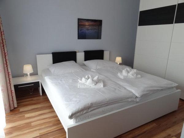 Schlafzimmer mit Zugang zur großen Terrasse