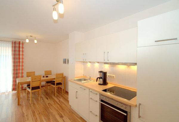 Wohnküche mit einem großen ausziehbaren Esstisch