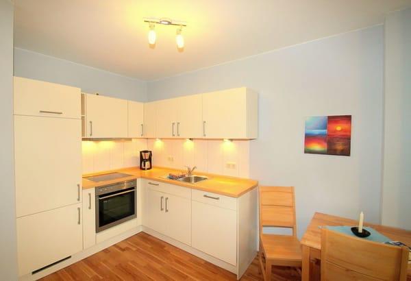 Wohnküche mit Geschirrspüler und Backofen