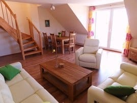 Großzügiger Wohn-/Essbereich mit Balkon und großem Flachbild TV