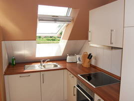 Küche mit Backofen und Geschirrspüler