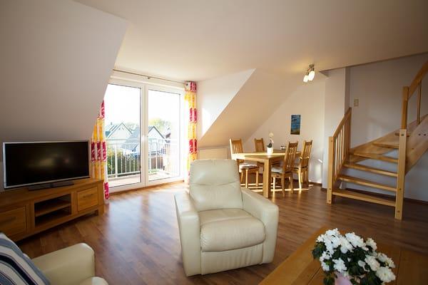 Großzügiger Wohn-/Essbereich mit großem Flachbild TV, Balkon mit Blick auf das Wasser