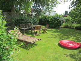 Sitz- und Spielecke im Garten