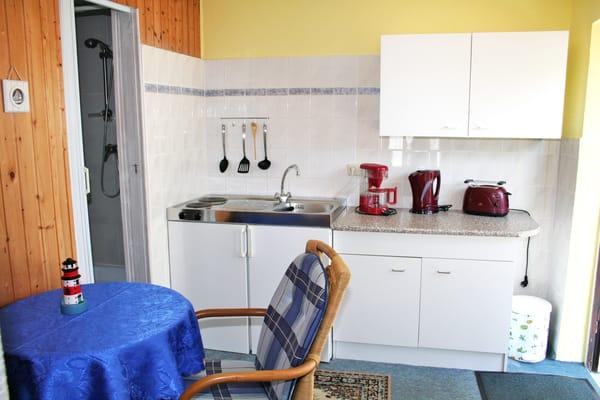 Miniküche mit 2-Plattenherd, Kaffeemaschine, Wasserkocher, Toaster, Kühlschrank und Geschirr