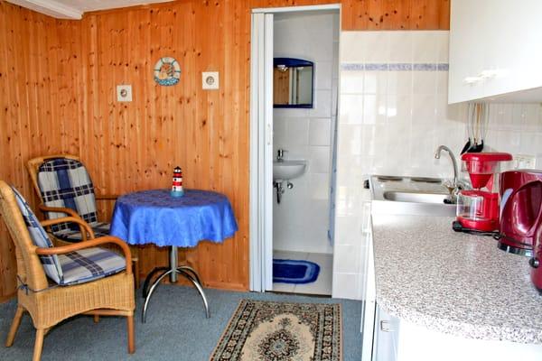 Wohnbereich mit Sitzecke und Zugang zum Bad