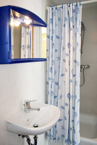 Bad mit Waschbecken, Dusche und WC