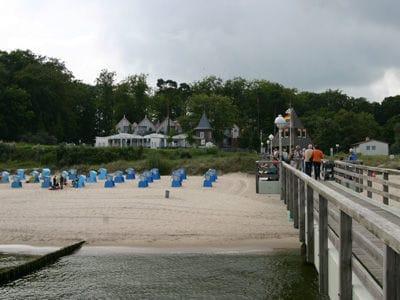 Blick von der Seebrücke zum Strand