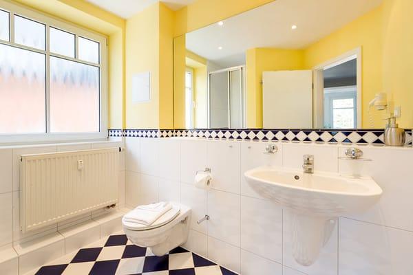Hier ein Blick in das schicke Duschbad mit WC und Fön.
