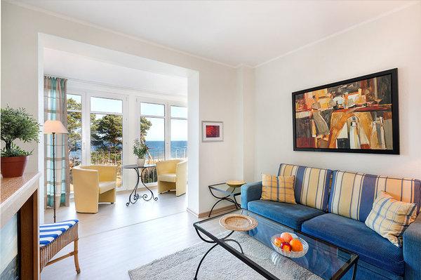 Das Wohnzimmer hat u.a. einen großen Flachbild-TV mit Kabelanschluß. Die Couch kann für eine Aufbettung genutzt werden.
