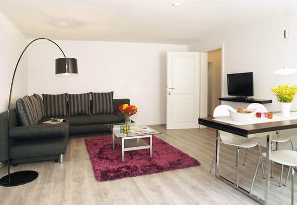 Wohnbereich mit gemütlicher Sitzecke mit Schlaffunktion