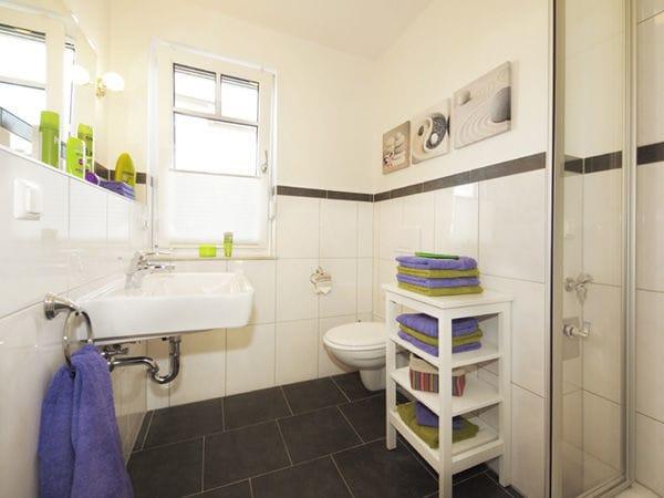geräumiges Duschbad mit Fenster
