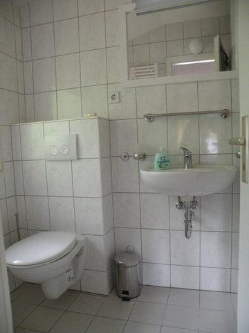 Zwei Bäder mit Dusche