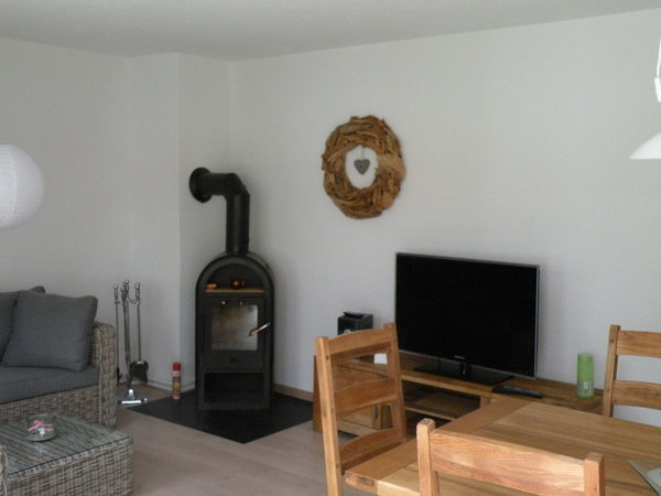 Wohnzimmer mit Essecke & Kamin