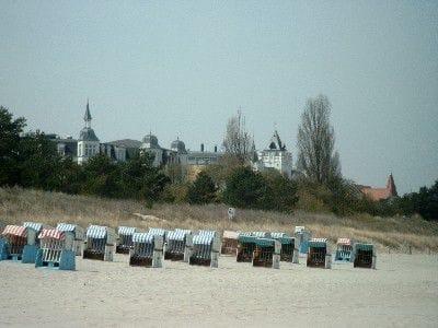 Am Strand, im Hintergrund Bäderarchitektur