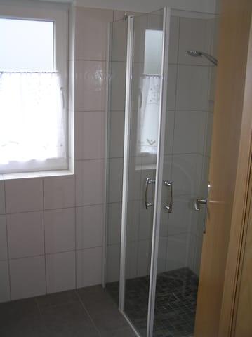 ..........mit ebenerdiger Dusche