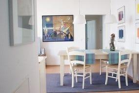 Esstisch im Wohnzimmer mit Blick in Richtung der beiden Schlafzimmer