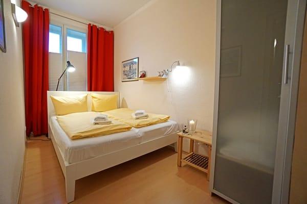 erstes Schlafzimmer mit Doppelbett (160x200 cm)