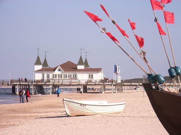 Fischerboot vor der Seebrücke.