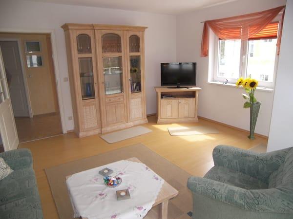 Wohnzimmer mit Flachbild-TV, DVD - u. CD-Player.