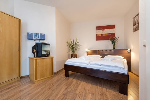 Im großen Schlafzimmer gibt es ein TV-Gerät ...