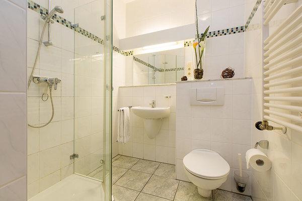 Hier der Blick in das schöne Bad mit Echtglasdusche.