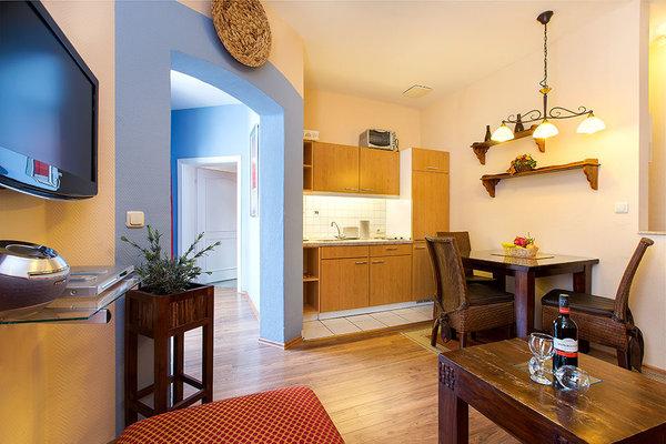 Die Küchenzeile ist komplett ausgestattet. Hier können Sie Ihre Mahlzeiten bequem selbst zubereiten.