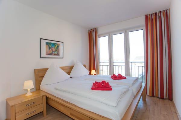 Schlafzimmer 1 mit Blick auf das Wasser