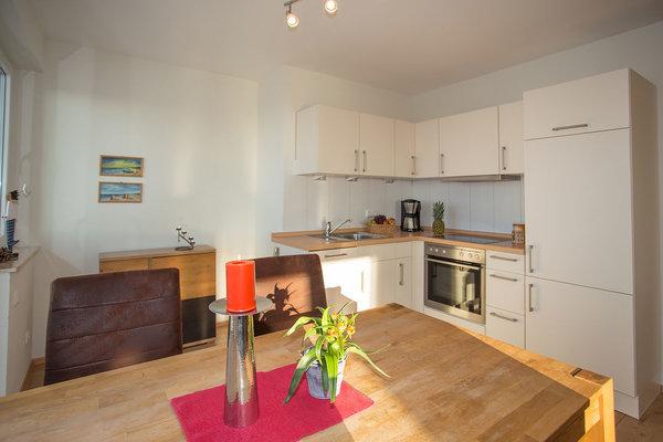 Wohnküche mit großem Essbereich und Geschirrspüler und Backofen