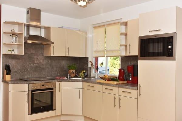 Moderne helle gut ausgestattete Küche