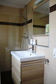 Niegelnagelneues Badezimmer mit besonders großer Dusche.