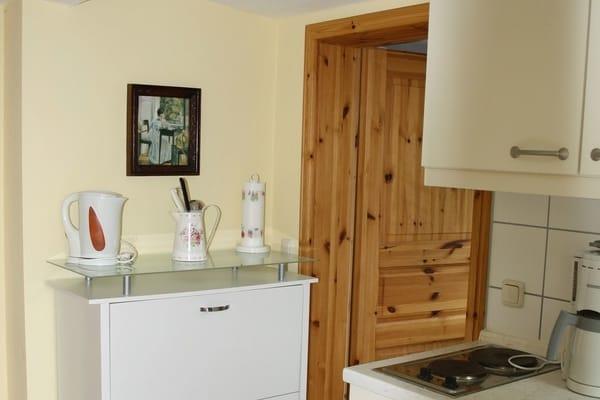 Kleine Küchenzeile mit 2-Platten Ceranfeld, Kühlschrank, Toaster, Kaffeemaschine, Wasserkocher ....