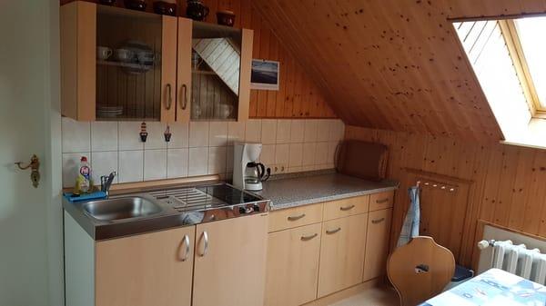 Küche mit Toaster, Kaffeemaschine und Wasserkocher