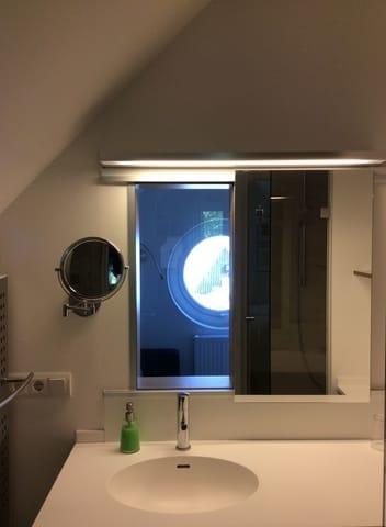 Beim Zähneputzen auf das Meer schauen, dank verschiebbarem Spiegel im Bad