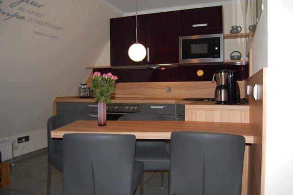 gut ausgestattete Küche mit Essbereich